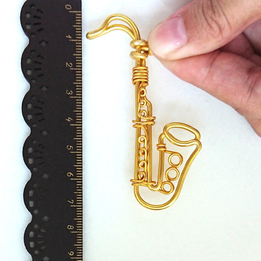 Saxophone charm. In gold.