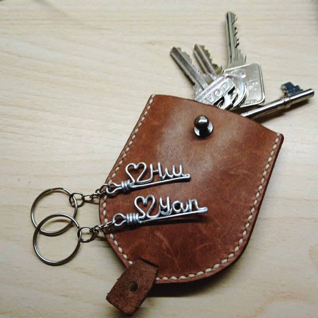 Basic name keychain with heart symbol. In silver.