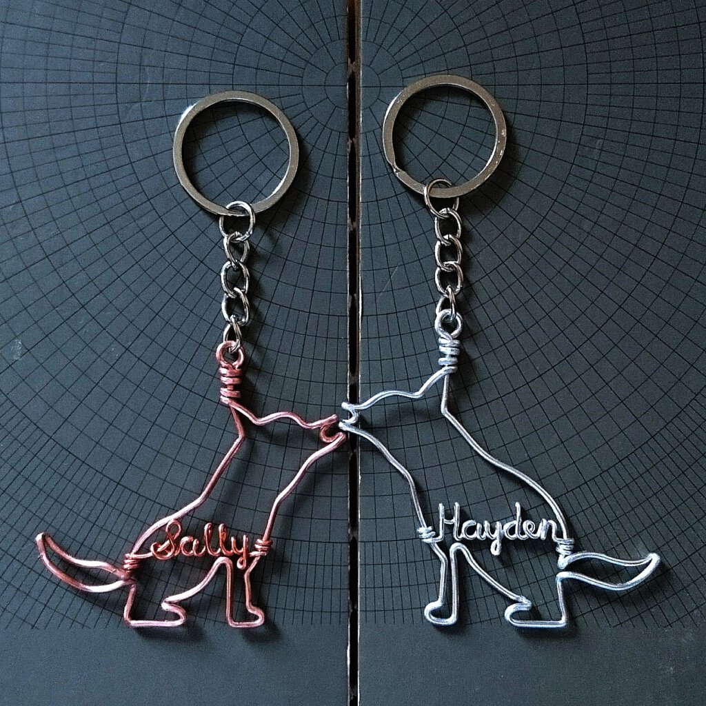 Keychain with husky silhouette and name. In rosegold / silver.