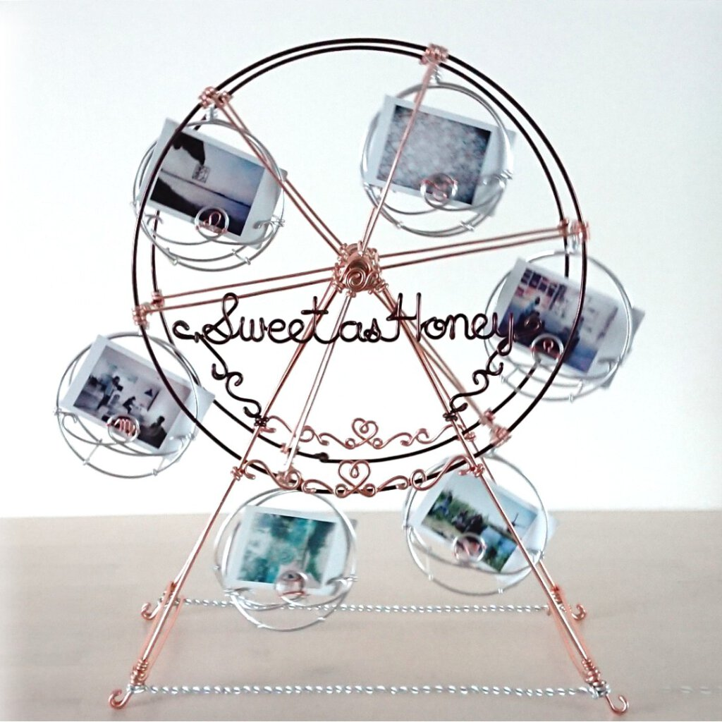 Spinable 6-car ferris wheel, approx. 40 x 15 x 40(h) in cm.