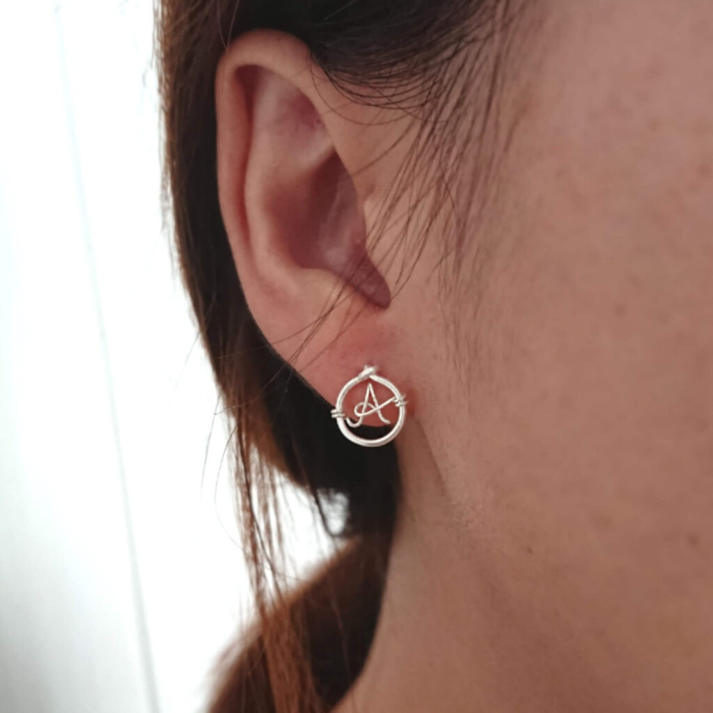 Ear stud with initial. In 925 silver.