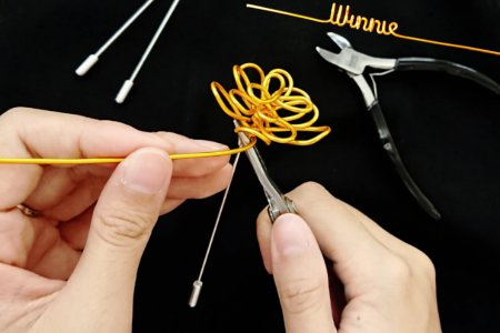 Must-02-Process of making wire art flower brooch with pliers