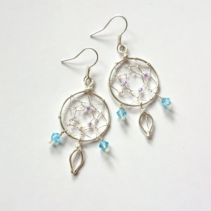 Dreamcatcher earrings with Swarovski crystals and beads. In 925 silver.